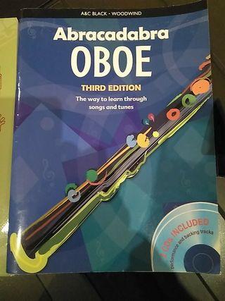 libros para oboe y caja con dos cañas
