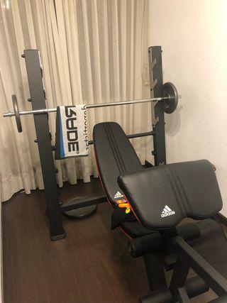 Banco Adidas con barra y pesas