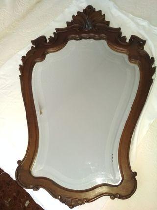 Espejo biselado con precioso marco tallado