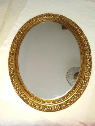 Espejo dorado en madera tallada