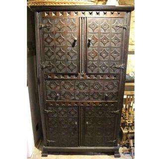 Antiguo mueble asturiano de madera de castaño