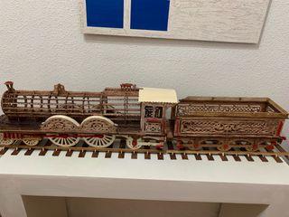 Maqueta de tren hecha completamente a mano