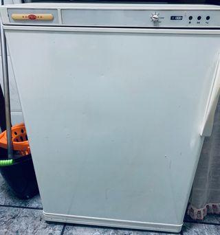 Se vende congelador vertical pequeño