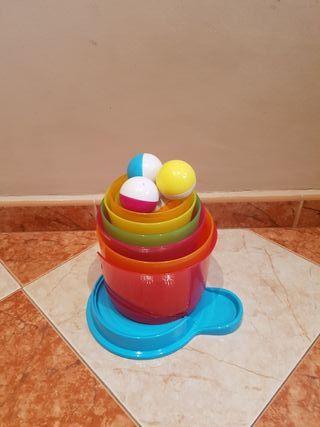 Torre de cubos apilables y pelotas