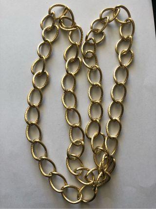 Collar dorado entrelazado