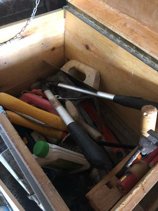 Caja herramientas con herramientas