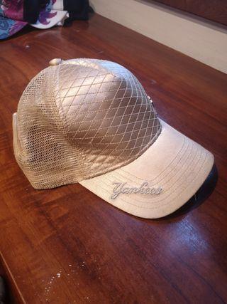 gorra dorada