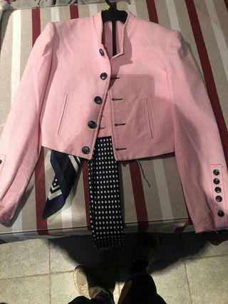 traje completo rosa con sombrero