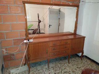 Antiguo mueble de madera con espejo grande