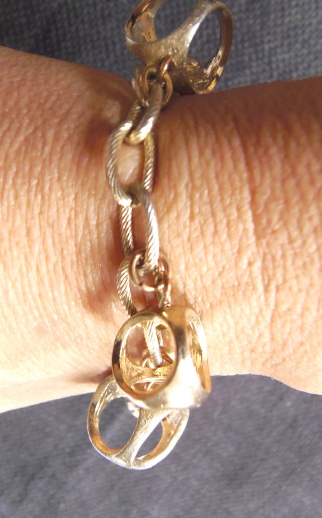 uterque. pulsera metálica dorada con charms