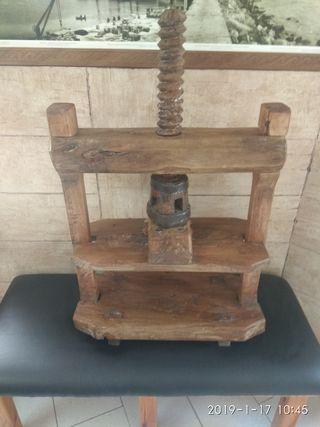 Antigua prensa de madera