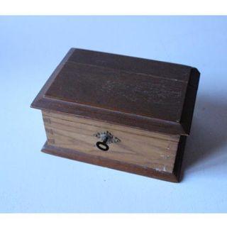 Antigua caja de madera de nogal
