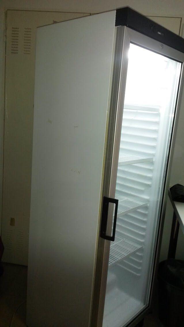 Dos neveras con puerta de cristal