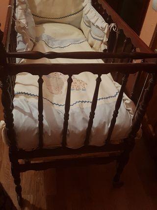 Cuna de madera y colchón.