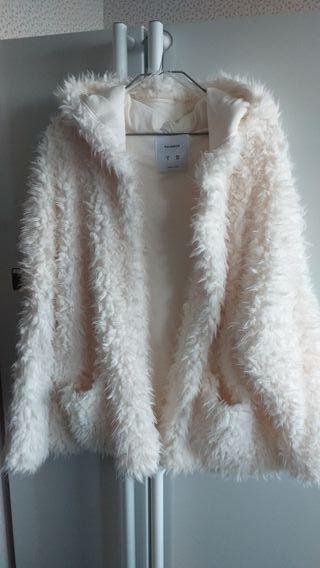 Abrigo blanco roto.