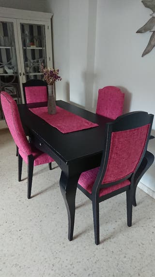 Mesa de comedor con 4 sillas isabelinas a juego.