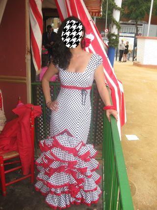 traje de flamenca con lunares negros