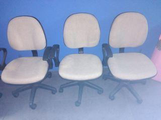 silla beige de escritorio con ruedas y brazos
