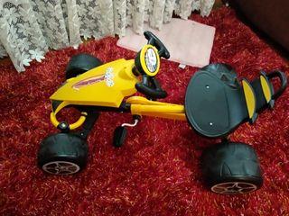 coche de niño o niña de pedales