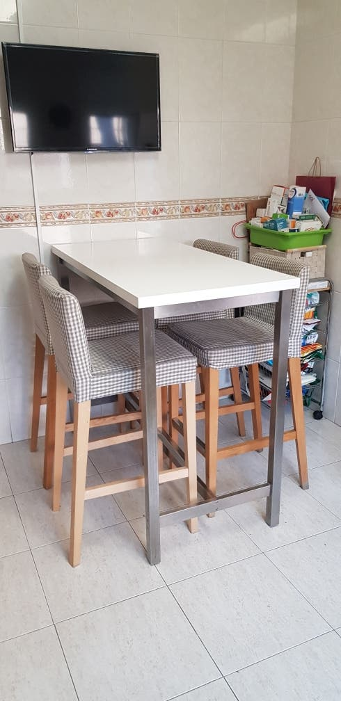 Mesa Alta Cocina + 4 Taburetes de segunda mano por 100 € en Olesa de ...