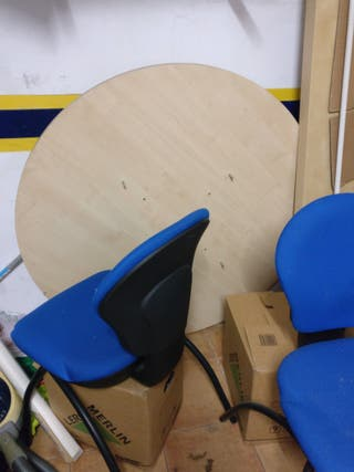 Mesa de oficina y cuatro sillas