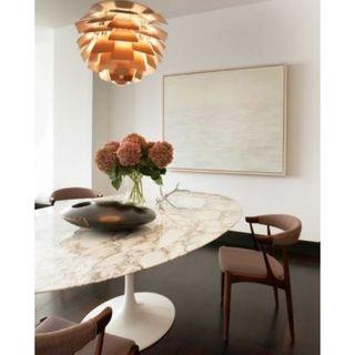 mesa tulip marmol y fibra vidrio ovalada grande