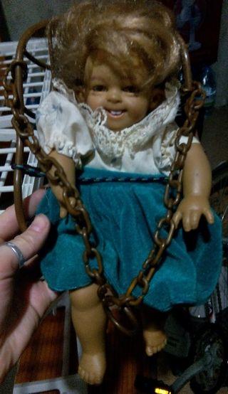 Muñeca con columpio.