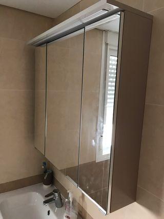 Se vende mueble espejo para baño de 3 puertas