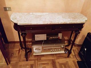 Mesa de madera con la encimera de mármol