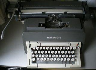 Máquina de escribir antigua Olivetti.