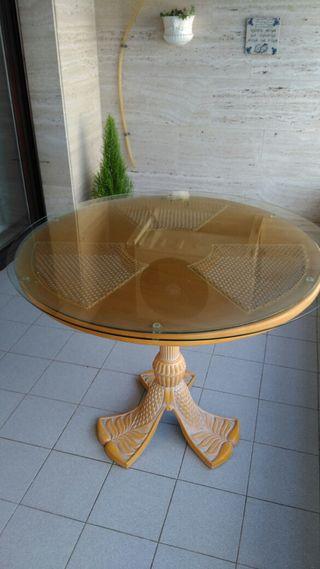 mesa en perfecto estado con cristal ,buen diseño y