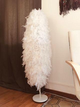 Lámpara de plumas hecha a mano