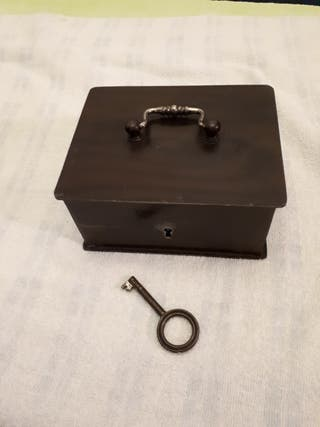 Caja fuerte de hierro antigua.