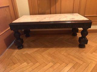 Mesa de madera con encimera de mármol.