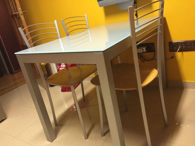 Mesa de cocina / comedor con 4 sillas de segunda mano por 220 € en ...