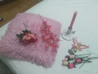 s , y cada elemeConjunto de adornos en tonos rosa