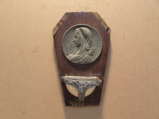Benditera antigua casa. Virgen y Cruz grabadas