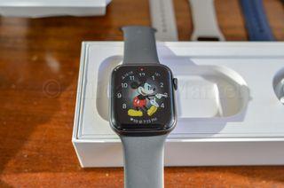 Apple Watch 4 GPS 44mm in Box + 4 Original Bands