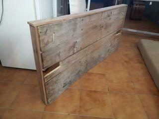 Cabezal de cama hecho con puerta de madera vieja