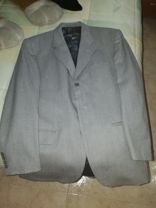 traje gris claro
