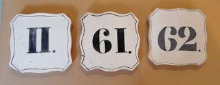 Baldosas antiguas de números de calle.
