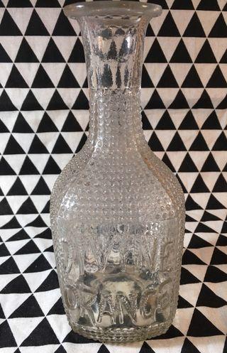 Antigua botella de vidrio tallado para bebida