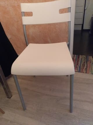 dos sillas Ikea blanco y metal