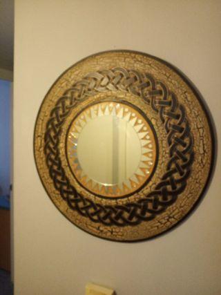 espejo de madera con detalles étnicos