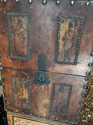 Antiguo botellero de madera y cuero