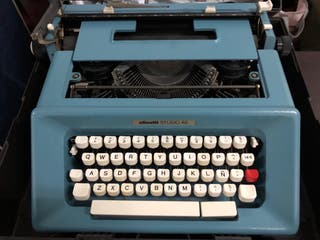 Máquina de escribir Olivetti color azul