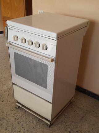 cocina con 4 fogones y horno a gas
