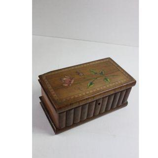 Antigua caja de madera con cajón secreto