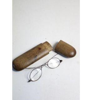 Antiguas gafas con funda de madera