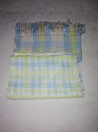 2 mantitas finitas de bebe azules con cuadritps